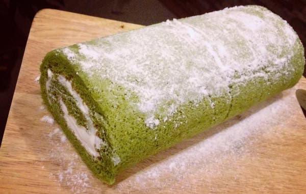 cach-lam-banh-Matcha-Cocea-Roll-Cake1