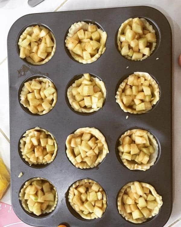 Cho nhân táo vào khuân nướng