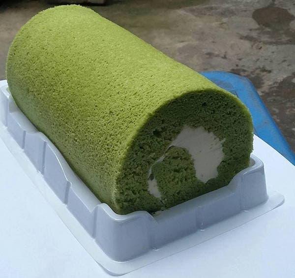 Cách làm bánh bông lan trà xanh cuộn kem bơ