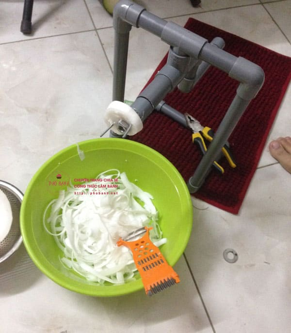Nạo dừa bằng máy nạo dừa cầm tay