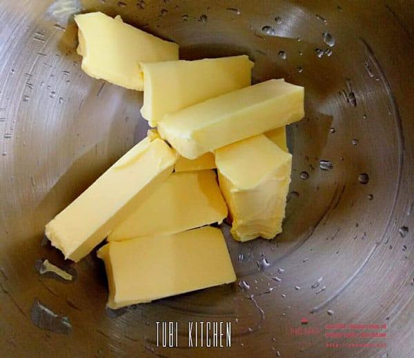Cắt bơ ra thành miếng nhỏ để hoà đều với đường