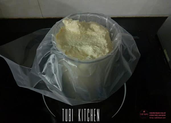 Cho bột vào túi bắt kem.